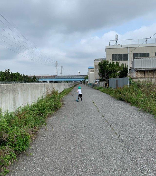 河原の道路で遊ぶ