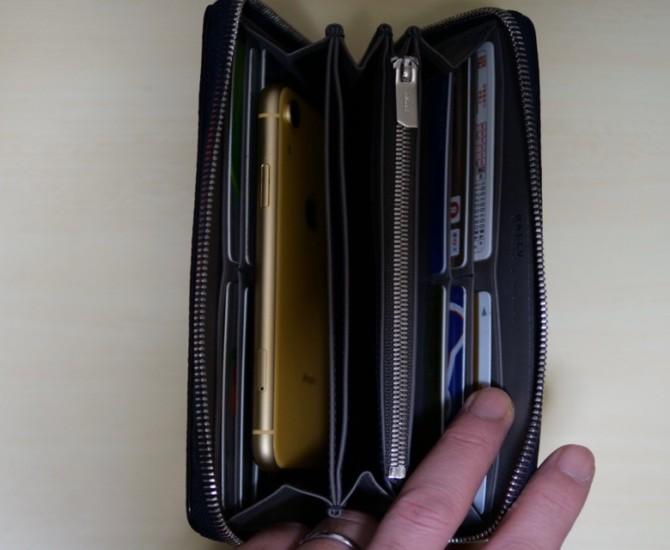 バリー長財布 スマホも収納できる
